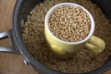 Meet 3 koffiekopjes haver af, doe ze in een pan