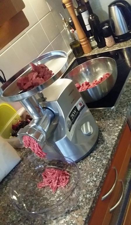 afbeelding 01-hestons-hamburger-het-vlees-door-de-gehaktmolen-jpeg