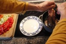 Haal de rollade uit de pan