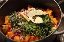 Wortel, rozemarijn, basillicum, ui, kaneel, laurier en knoflook toevoegen