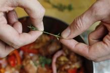 Ris de blaadjes van de oregano en voeg toe