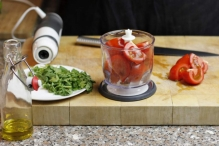 Doe een deel van de tomaten in de blender