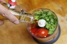 Doe de overige tomaat, koriander en olijfolie in de blender
