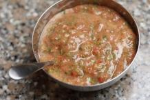 Doe de salsa in een kommetje