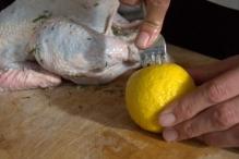 Prik gaten rondom in de citroen