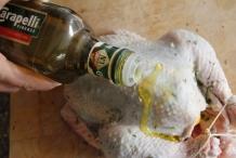 Giet wat olie over de kip en wrijf hem in