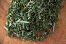 Hussel rozemarijn, tijm, peper en zout