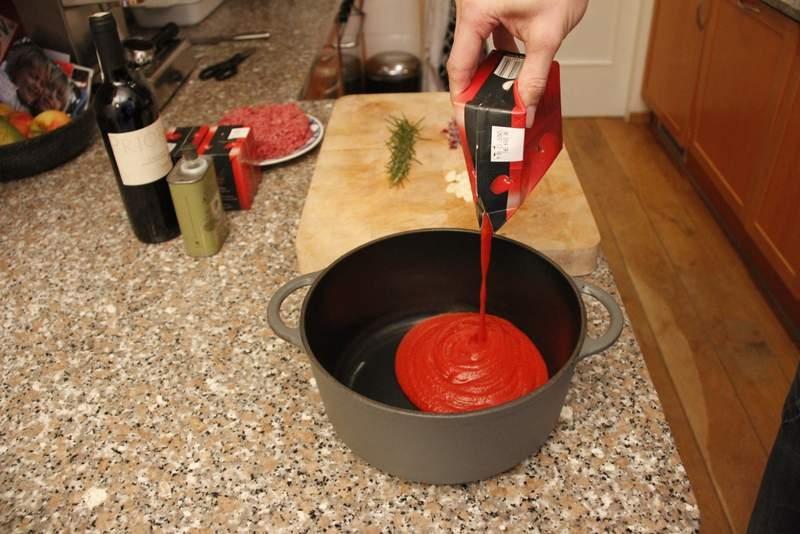 afbeelding lasagne-03-giet-de-tomaten-sap-in-de-pan-jpg