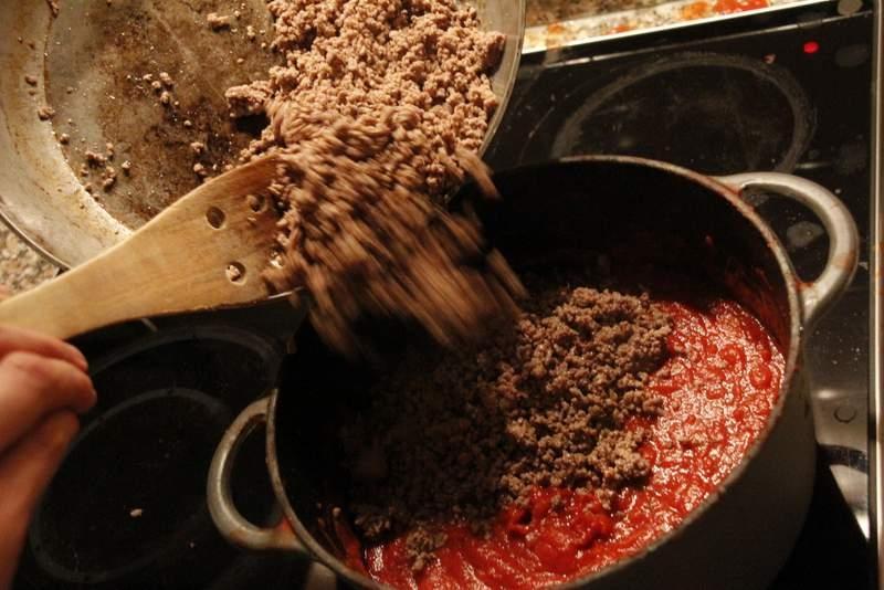 afbeelding lasagne-19-verwijder-de-rozemarijn-voeg-gehakt-toe-jpg
