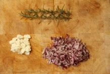 Snij de knoflook en de ui