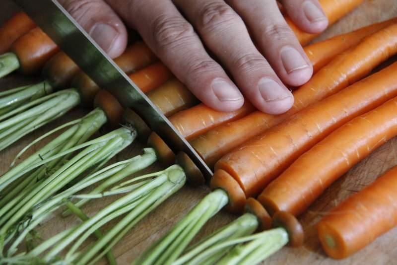 afbeelding 03_limoen-wortels-uit-de-oven_snijd-het-groen-van-de-wortels-jpg