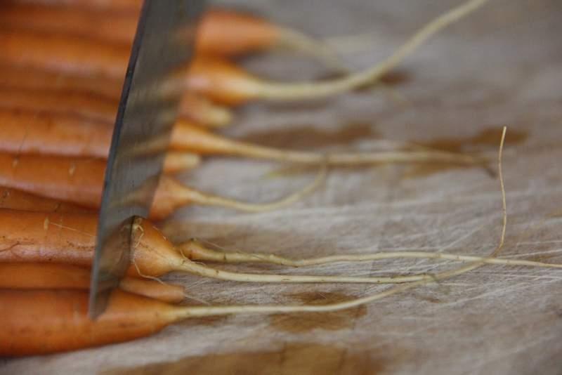 afbeelding 05_limoen-wortels-uit-de-oven_snijd-de-puntjes-eraf-jpg