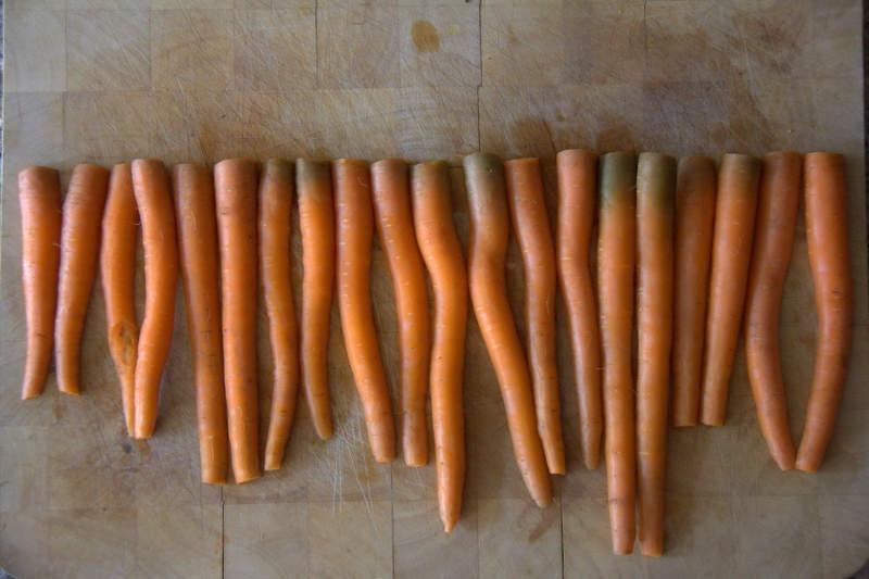 afbeelding 07_limoen-wortels-uit-de-oven_de-gehalveerde-wortels-jpg