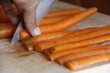 Halveer de wortelen