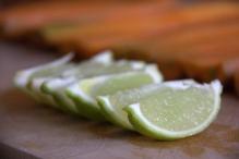 Snijd de limoen in 6 partjes