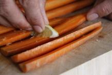 Wrijf de wortelen in met de limoen