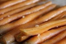 afbeelding 14_limoen-wortels-uit-de-oven_wrijf-de-wortelen-zo-in-dat-restjes-limoen-achterblijven-op-de-wortelen-jpg