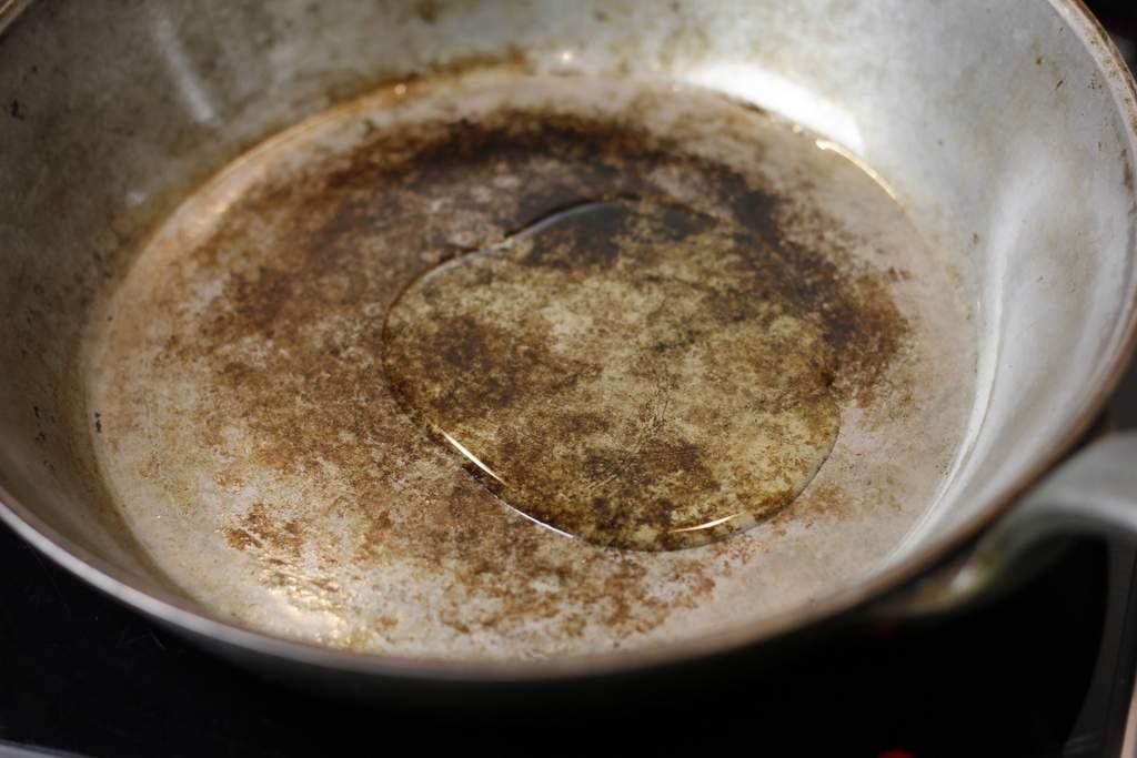 afbeelding 12-zwartebonen-saus-doe-olie-in-de-pan-jpg