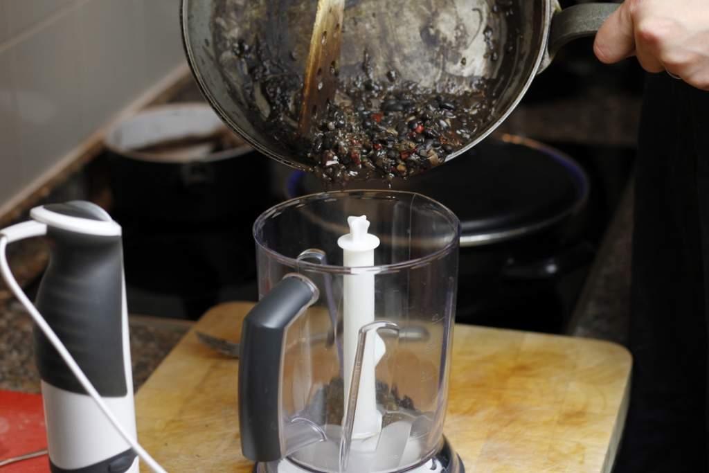 afbeelding 24-zwartebonen-saus-doe-inhoud-van-de-koekenpan-in-de-blender-jpg