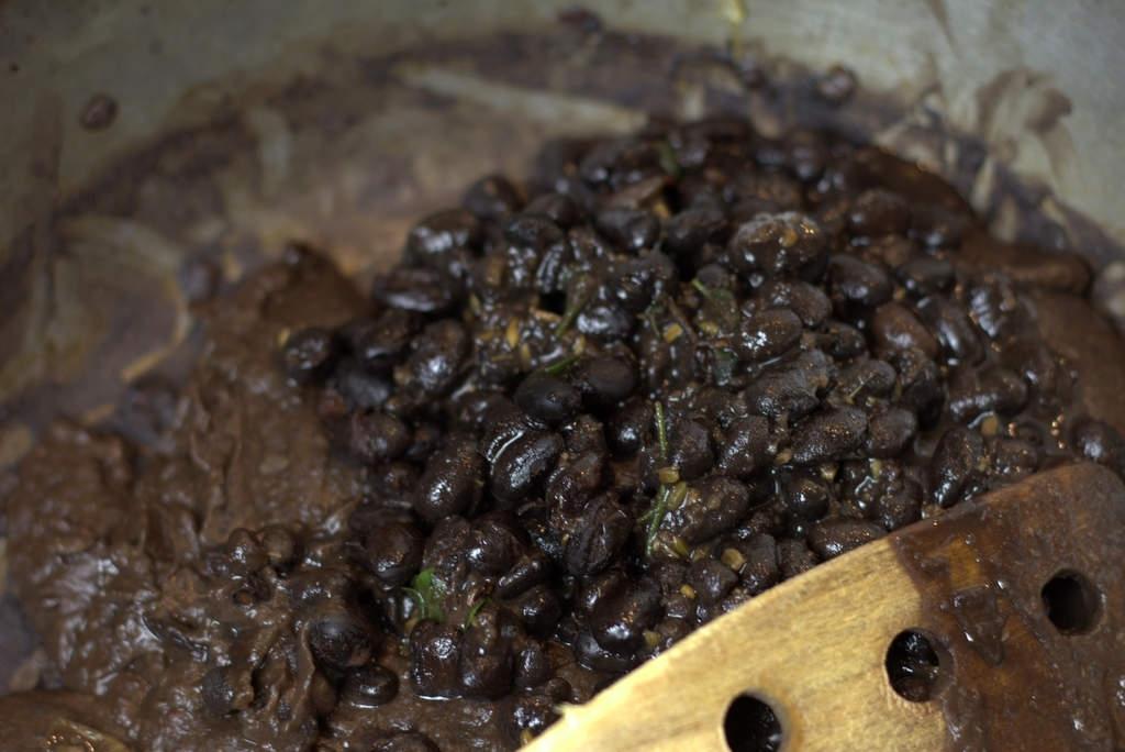 afbeelding 29-zwartebonen-saus-roer-het-door-jpg