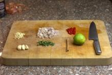 Snijd ui, 2 tenen knoflook, rode peper. Ris oregona van de takjes
