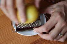 Rasp de schil van de citroen