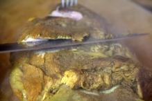 Snijd in plakken en doe het vlees terug in de bouillon