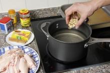 Doe de knoflook in een pan met water