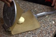 Leg bakpapier en deeg klaar in de pers