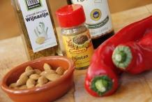 Ingrediënten: rode puntpaprika's, komijnzaad, amandelen, knoflook, olijfolie, azijn