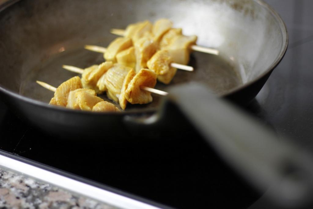 afbeelding moorse-kipspiesjes-17-verhit-olijfolie-en-leg-de-spiesjes-in-de-pan-jpg