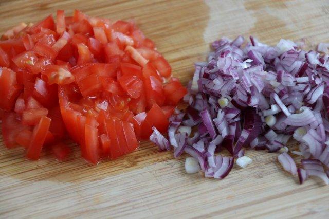 image 03-nachos-uit-de-oven-snijdt-de-tomaat-en-uit-fijn-jpg