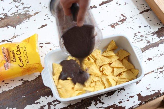 afbeelding 05-nachos-uit-de-oven-giet-de-bonen-saus-over-de-chips-jpg