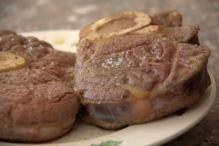 Haal het vlees uit de pan, leg het op een bord
