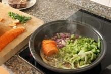 Doe de groenten in de pan