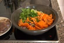 Roerbak de groenten in de jus van het vlees