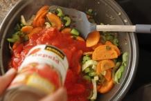 Voeg tomaten en tomaten uit blik toe
