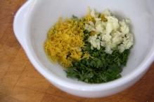 Voeg citroenrasp, peterselie en knoflook bij elkaar