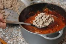 Schep het gehakt bij de saus