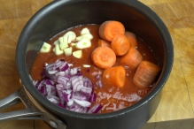 Voeg wortel, knoflook en ui toe
