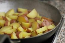 Doe de aardappels in de koekenpan