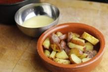 Doe de aardappels in een schaal