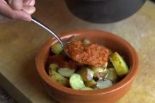 Schep twee scheppen saus over de aardappels