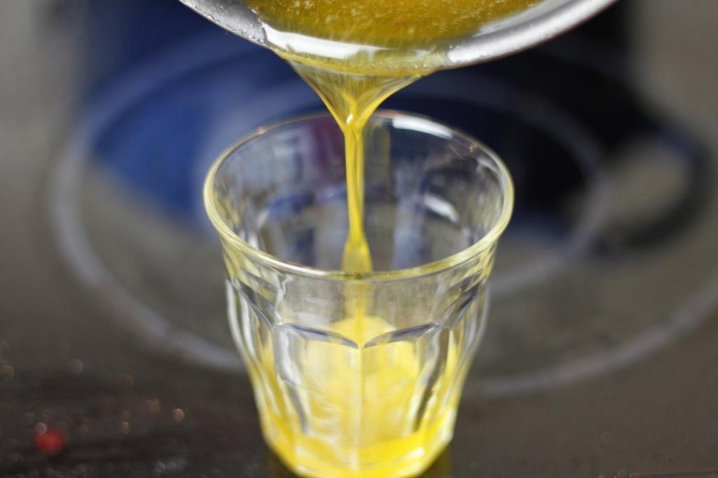 afbeelding 38-perfecte-kip-giet-de-marinade-in-een-glas-jpg