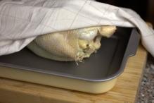 Leg om in een ovenschaal, bijvoorkeur met rekje onder de kip. Dek af met een doek. Zet een nacht in de koelkast (deze stap hebben wij overgeslagen)