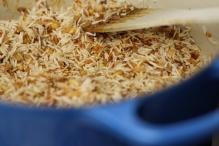 Roer de rijst door het kruidenmengsel