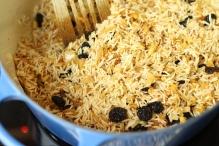 Roer de rozijnen door de rijst