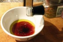 Voeg een paar druppels balsamico en witte wijnazijn toe