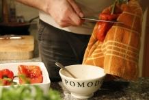 Maak een insnede aan de bovenkant van de paprika