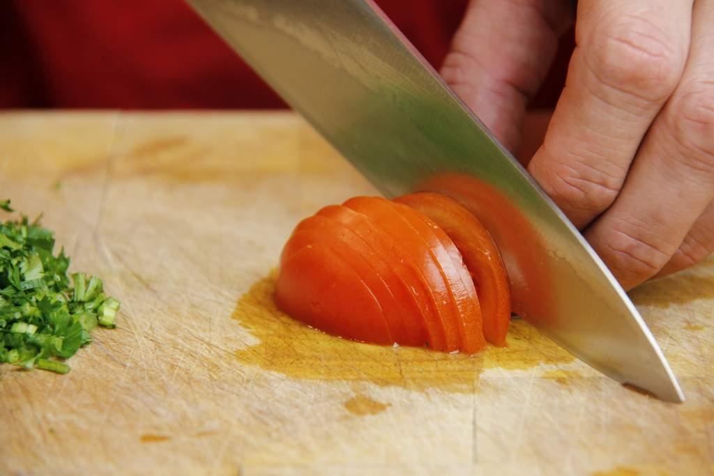 afbeelding 02-pincho-sprot-salsa-snijd-de-tomaat-jpg